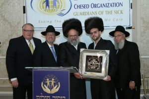 R' Dov Fried presenting Mr. Yossi Kroen with the Rodeph Chesed Award
